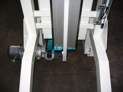 Sistema per cambio di quota in linea montaggio pannelli frontali lavabiancheria.